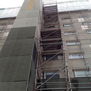 byggställningar utanför våningshus