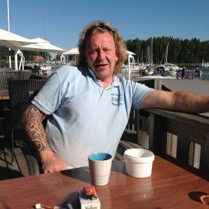 Magnus Ekström driver cafét, restaurangen och fiskförädlingshallen i Hangöby hamn.