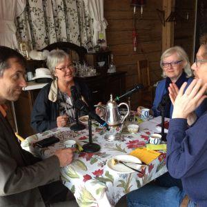 fyra personer kring ett kaffebord