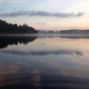 Järvi kesäyössä.