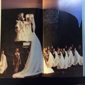 Kalle Holmbergin ohjaama Aulis Sallisen ooppera Kuningas lähtee Ranskaan Savonlinnan oopperajuhlilla 1984. Kuva: Savonlinnan oopperajuhlat. Jens Walentinssonin kokoelmat.