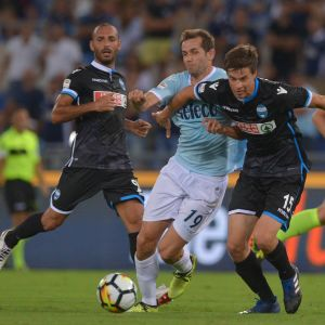 Sauli Väisänen kämpar om bollen mot Lazio.