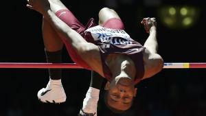Mutaz Essa Barshim tar sig över ribban i höjdhoppskvalet i Peking 2015.