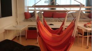 Karis svenska högstadium har hängstolar i en av inlärningsmiljöerna.