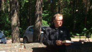 Kyrkoherde Seppo Apajalahti under minnesceremonin i Lovisa 29.06.15