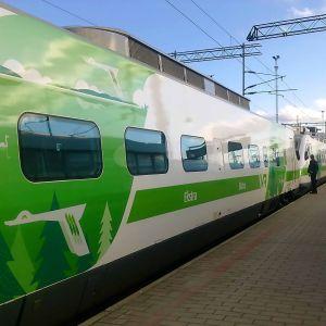 Pendolinotåg står vid station.