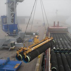 Gasrör lossas i Hangö hamn