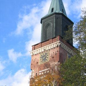 Åbo Domkyrkas torn på hösten.