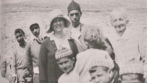 Hilma Granqvist och Sitt Louisa omgivna av barn i byn Artas i Palestina. Hilma intresserade sig särskilt för barnens skolgång, som hon tyckte att gärna hade fått vara bättre ordnad. 1920-talet.