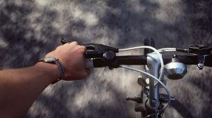 Hand på en  cykels styrstång.