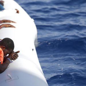 Italienska Röda korset räddar flyktingar i en flotte på Medelhavet 20.10.2016.