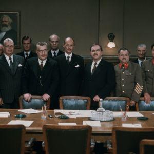 Keskellä J. K. Paasikivi (Keijo Komppa), Risto Ryti (Leif Wager) ja Molotov (Risto Mäkelä)
