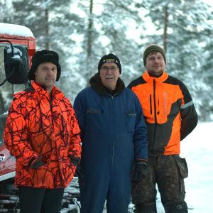 Dennis Gerke, Ulf Bergholm och Gustav Hilden står bredvid en pistmaskin.