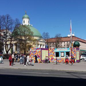 Biljetter till Ruisrock-festivalen säljs i en kiosk på Salutorget i Åbo.