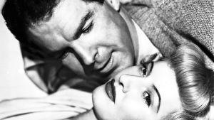 Fred macMurray ja Barbara Stanwyck elokuvassa Nainen ilman omaatuntoa (1944).