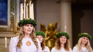 Finlands Lucia 2016 Ingrid Holm iklädd ljuskrona och vit luciadräkt