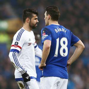 Diego Costa och Gareth Barry, Chelsea-Everton, 12.3.2016.