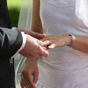 Par som gifter sig, mannen sätter ringen på brudens ringsfinger.