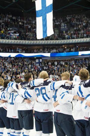 Finland har vunnit, Vårt land ekar ut i hallen.