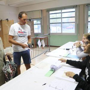 Väljare röstar i Lombardiets folkomröstning om utökat självstyre.