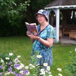 Bloggari Kirsi Huhtakangas lukee Anni Polvan Tiinalla on hyvä sydän -kirjaa.