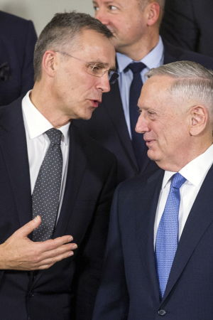 Natos generalsekreterare Jens Stoltenberg och USA:s försvarsminister James Mattis