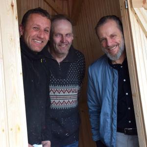 Gustav Sundström, Kimmen Modig och Jukka Lommi står inne i en nybyggd badhytt.