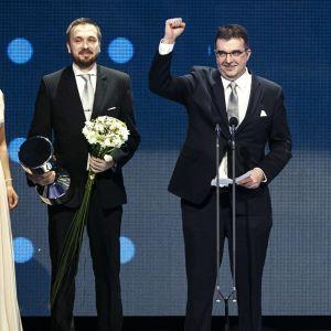 Kim Ekroos och Olli Tuominen tar emot priset för bästa förening för KaaPo.