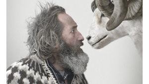 Sigurður Sigurjónsson poserar med ett får