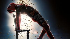 Affischen till Deadpool 2 med Ryan Reynolds poserande som huvudpersonen i Flashdance, 1983.