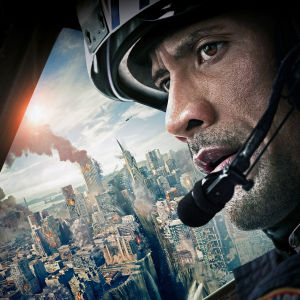 Filmplanschen till San Andreas med Dwayne Johnson som blickar ut över en katastrofdrabbad stad.
