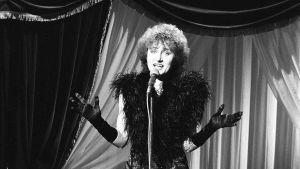Ami Aspelund Suomen euroviisukarsinnoissa 1983 Kari Kuusamon kappaleella Fantasiaa.