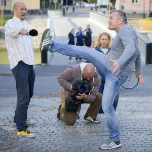 mies tanssii kadulla Prisma Studion kuvausryhmän edessä
