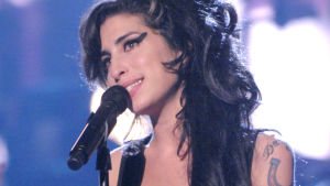 Amy Winehouse lavalla. Kuva Asif Kapadian ohjaamasta, Oscar-palkitusta dokumenttielokuvasta Amy (2015).