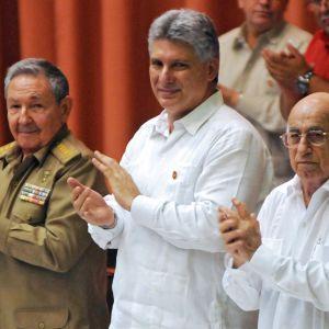 Raul Catro och Miguel Diaz-Canel applåderar i den kubanska nationalförsamlingen.