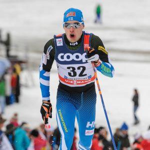 Iivo Niskanen tar ett skidsteg i spåret under Tour de ski 2016.