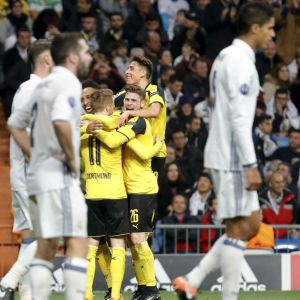 Dortmund-spelare firar mål.