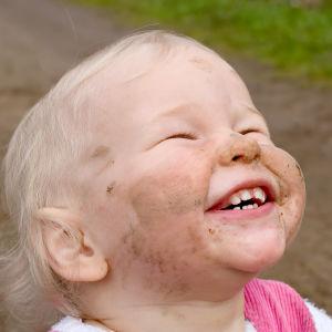 Ett barn som strålar av glädje