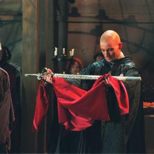 Ilari, Velho Irju Idartan (Teemu Palosaari) pitelemässä Eldario-miekkaa.