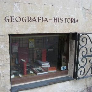Salamancalaisen kirjakaupan ikkuna, jossa takorautainen ikkunaluukku.