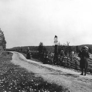 I. K. Inhan valokuvassa Vaasan ja Hämeen läänien rajalla Inhan sisaret Helma, Saima, Tyyni ja Inhan isän toinen vaimo Hanna