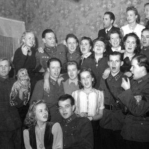 Joulu rintamalla jatkosodan aikaan. Sotilaat ja lotat laulavat joululaulua 1942.