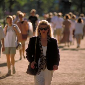 Nainen kävelee kesällä puistossa
