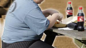 Överviktig person som äter grillmat och dricker läsk.