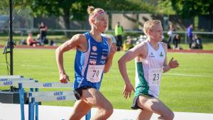 Otto Loukkalahti springer förbi en annan löpare.
