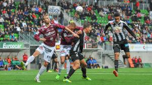 FC Lahtis och VPS spelare försöker nicka bollen.