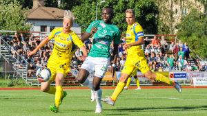 Boubacar Kinda i kapplöpning med två AC Oulu-backar.
