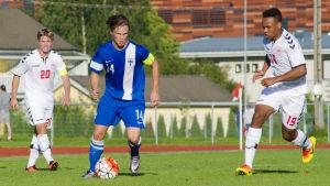 Tobias Fagerström i landslagsdressen i matchen mot Danmarks U17.