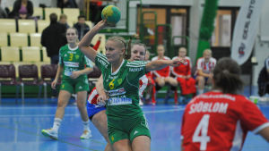 SIF:s Ellen Voutilainen kastar bollen.