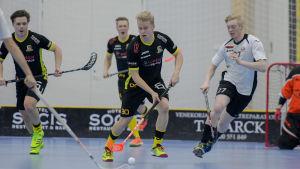 Knights Tobias Björklund med bollen.